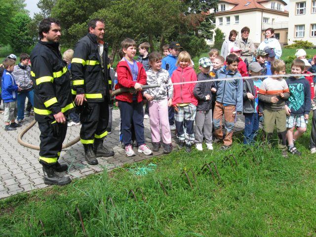 Děti si mohly zastříkat z hasičské proudnice