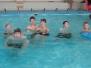 Mladí hasiči v bazénu