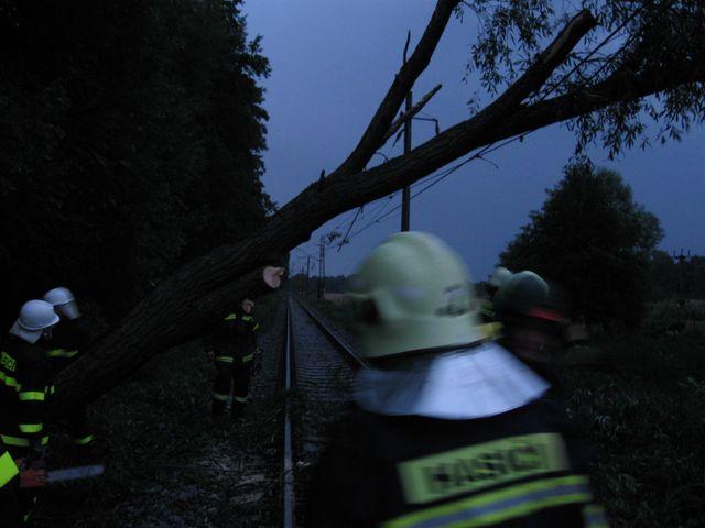 Spadlý strom na železniční trati