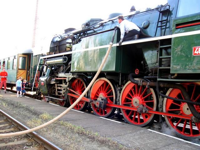 Doplňování vody do parní lokomotivy